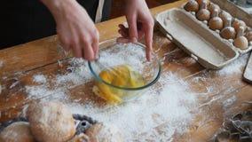 Trząść jajka w pucharze z ręka melanżerem zdjęcie wideo