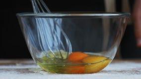 Trząść jajka w pucharze z ręka melanżerem zbiory