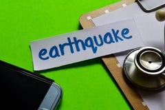 Trzęsienie ziemi na opieki zdrowotnej pojęciu z zielonym tłem obrazy stock