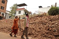 Trzęsienie ziemi szkoda na ulicach Kathamndu od Thamel półdupków zdjęcie stock