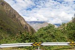 Trzask bariera przy wijącą drogą od Olllantaytambo Quillabamba w Abra Malaga przepustki sekcji, Pe fotografia stock