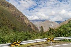 Trzask bariera przy wijącą drogą od Olllantaytambo Quillabamba w Abra Malaga przepustki sekcji, Pe obrazy stock