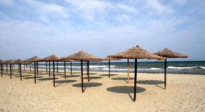 Trzcin sunshades na plaży Fotografia Stock