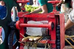Trzcina cukrowa soku maszyna przy pobocze kramem w Delhi Fotografia Stock