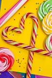 Trzcina cukrowa w kształtują i inni cukierki Obrazy Stock