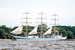Trzebiez, Польша - 8-ое августа 2017 - парусное судно Mir плавает в полной мере море после выпускных экзаменов высокорослых гонок Стоковые Фото