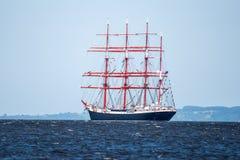 Trzebiez, Польша - 8-ое августа 2017 - парусное судно Sedov плавает в полной мере море после выпускных экзаменов высокорослых гон Стоковые Фото