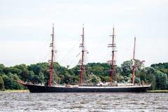Trzebiez, Польша - 8-ое августа 2017 - парусное судно Sedov плавает в полной мере море после выпускных экзаменов высокорослых гон Стоковая Фотография RF