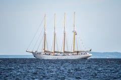 Trzebiez Polen - Augusti 08, 2017 - seglingskeppet Santa Maria Manuela seglar fullständigt havet, efter finalen av högväxta skepp Royaltyfri Fotografi