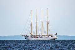 Trzebiez Polen - Augusti 08, 2017 - seglingskeppet Santa Maria Manuela seglar fullständigt havet, efter finalen av högväxta skepp Arkivfoto