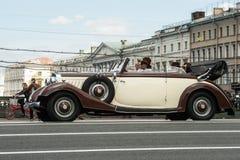 Trzeci St Petersburg parada retro samochody na Nevsky argument za zdjęcia royalty free