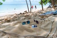 Trzepnięcie klapy, okulary przeciwsłoneczni, ręcznik na plaży Obraz Stock