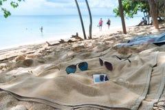 Trzepnięcie klapy, okulary przeciwsłoneczni, ręcznik na plaży Zdjęcie Stock