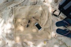 Trzepnięcie klapy, okulary przeciwsłoneczni, ręcznik na plaży Obraz Royalty Free