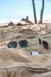 Trzepnięcie klapy, okulary przeciwsłoneczni, ręcznik na plaży Zdjęcia Stock