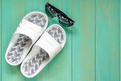 Trzepnięcie okulary przeciwsłoneczni na błękitnym drewnianym tle i klapy Zdjęcie Royalty Free