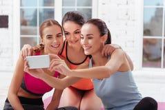 Trzy ładnej kobiety robi selfie po ćwiczeń fotografia stock