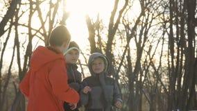 Trzy ślicznej chłopiec walczy z each inny w zwolnionym tempie zbiory wideo