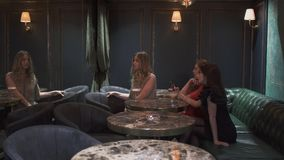 Trzy ślicznej dziewczyny siedzą w kawiarni restauracji lub pozuje fotografię w lustrze dla ogólnospołecznych sieci i bierze zbiory wideo