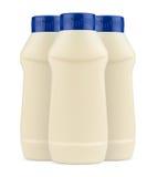 Trzy śmietanka klingerytu majonezowej butelki bez etykietki i błękitnego ca Zdjęcia Stock