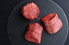 Trzy świeżego surowego Pierwszorzędnego Czarnego Angus wołowiny stku na kamiennym backgroun fotografia royalty free