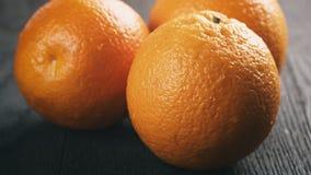 Trzy świeżej dojrzałej pomarańcze na dębowym drewnianym stole obrazy stock