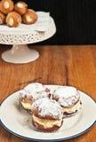 Trzy świeżo piec, domowej roboty, biała śmietanka, wypełniali donuts Obrazy Royalty Free