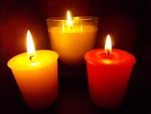 Trzy świeczki Pali w ciemności Obraz Royalty Free
