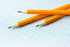 Trzy żółtego ołówka na papierze dla rysunków w kwadracie obrazy royalty free