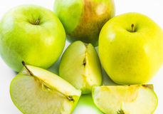 Trzy żółty, zieleni jabłka i trzy plasterka na białym tle Obrazy Stock