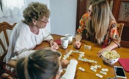 Trzy żeńskiego pokolenia bawić się domino Obraz Stock