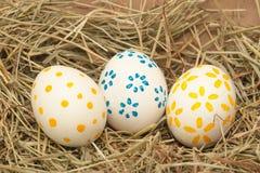 Trzy łaciastego Easter jajka na sianie Zdjęcie Royalty Free