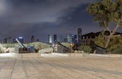Trzy antycznego pistoletu, stoi na piedestałach na obserwaci platformie przy nocą w starym mieście Yafo, Izrael Obraz Stock