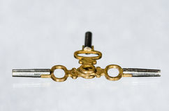 Trzy Antykwarskiego Mosiężnego Kieszeniowego zegarka klucza Kłaść na biel powierzchni Zdjęcia Royalty Free
