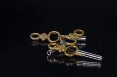 Trzy Antykwarskiego Mosiężnego Kieszeniowego zegarka klucza Kłaść W ciemności Zdjęcia Stock