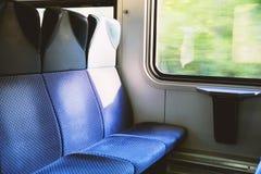 Trzy błękitnego siedzenia w nowożytnym europejczyka pociągu Zdjęcie Stock