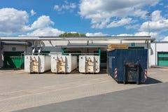 Trzy białego śmieciarskiego zbiornika stoją na fabrycznym miejscu i tam są inni śmieciarscy zbiorniki obok one obrazy royalty free