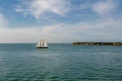 Trzy Białego żagla na Aqua wodzie Zdjęcia Royalty Free