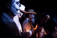 Trzy białego costumed mężczyzny i jeden kobieta z czaszka makijażem w paradzie dla Dias De Los Muertos przy festiwalu Des Las Ani obrazy stock