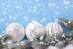 Trzy białej piłki i futerkowych drzewnych świerczyny przeciw błękit ścianie Obraz Royalty Free