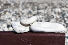 Trzy białego kamienia na desce Zdjęcia Royalty Free