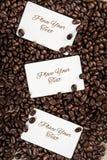 Trzy bielu pusta karta dla twój teksta na kawowych fasoli backgrou Zdjęcia Royalty Free