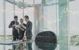 Trzy biznesów osoba dyskutuje z wykres warstwy skutkiem Obrazy Stock