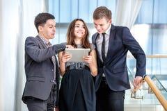 Trzy biznesmen pozyci na schodkach rozwiązuje biznesowych problemy Obraz Stock
