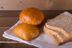 Trzy bochenków chleba i całej banatki chleby na pościeli Obrazy Stock
