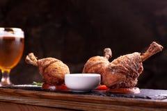 Trzy breaded kurczak nogi w sauceboats, stojak na czer? ?upku Czarny t?o, pi?kny ?wiat?o zdjęcia royalty free