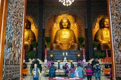 Trzy Buddha i ludzie ono modli się przy Główną świątynią Sangha Fo Guan zdjęcie stock