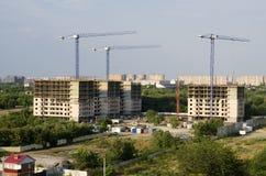 Trzy budynku, trzy budowa żurawia przeciw backgroun Zdjęcia Stock