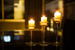 Trzy candlestick na łomotać stół przy nocą Zdjęcie Royalty Free
