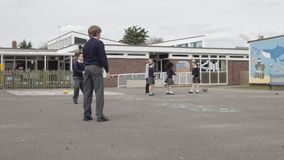 Trzy chłopiec Bawić się chwyta W Szkolnym boisku zbiory wideo